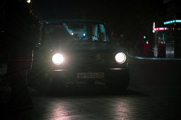 Samochód zabytkowy nocą